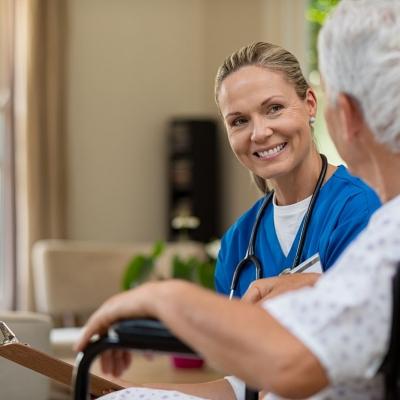 friendly-nurse-talking-to-senior-patient-Q58Y9GB-1600-80 (1)